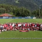 Gruppenfoto Spieler und Fans in Natz
